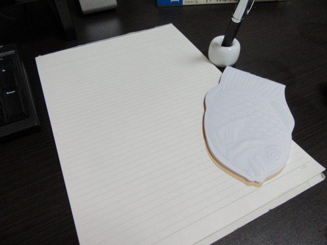 たい焼き型メモパッドとA4サイズのレポート用紙